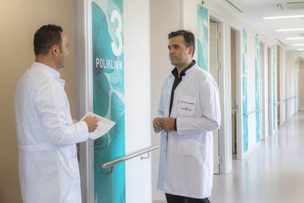 medici a consulto in clinica